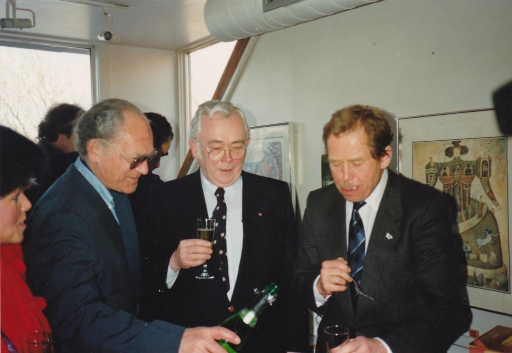 1990 19 02  Josef s prezidentem V.Havlem  v sídle 68 Publishers na  Davenport