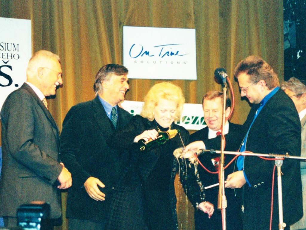 1999 05 10  Eva Pilarová křtí CD ROM JŠ Život a dílo a později i zpívala