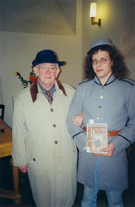 2000 při Nonstop čtení Josef s Michalem Řezáčem v dobové uniformě