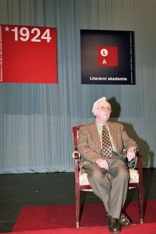 2004 Josef Škvorecký při zkoušce na akademický ceremoniál v Náchodě
