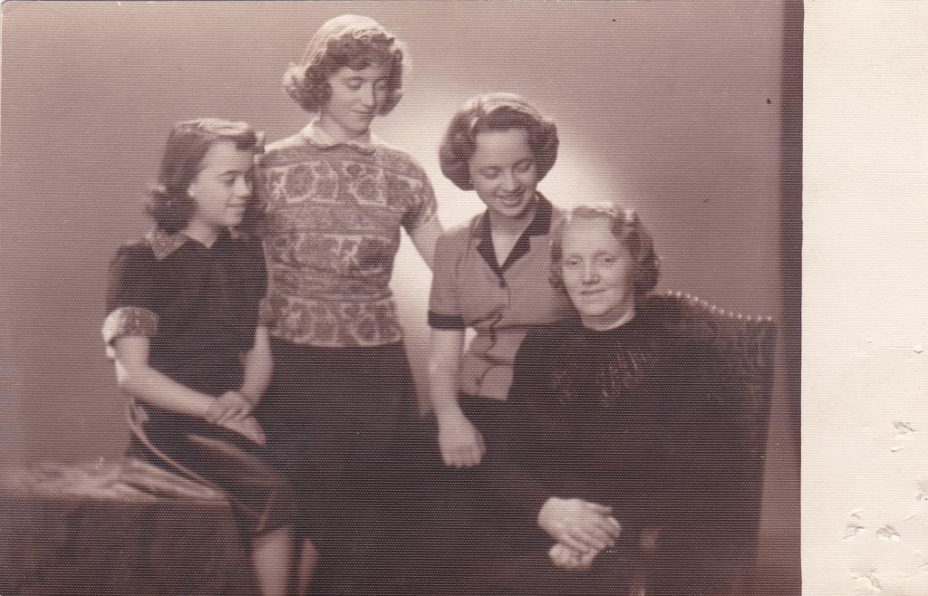 1951 tři sestry s maminkou